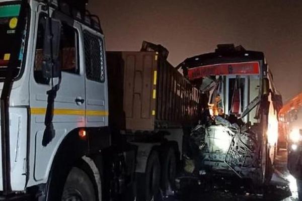आगरा-लखनऊ एक्सप्रेस वे पर बस ने ट्रक को मारी टक्कर, 14 की मौत, 31 घायल