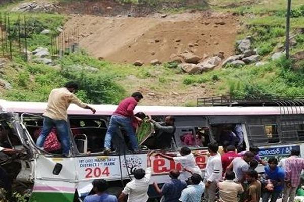 तेलंगाना में बस खाई में गिरी, 30 की मौत