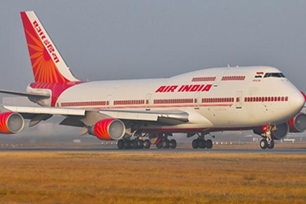 एयर इंडिया के विमान से नीचे गिरी एयर होस्टेस, गंभीर चोटें आईं