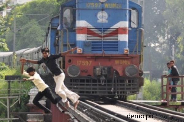 चलती ट्रेन के साथ सेल्फी लेने के चक्कर में गई 2 नाबालिगों की जान