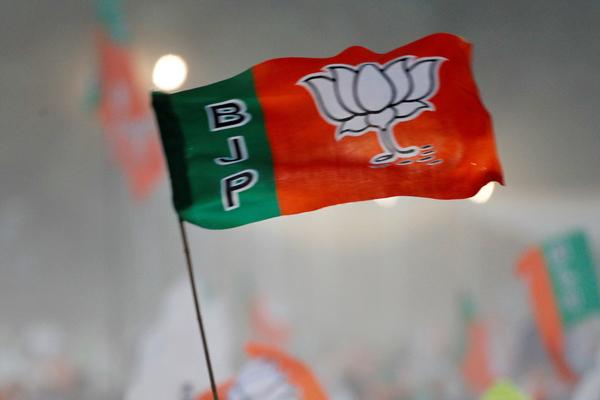 BJP ने दिल्ली के बाजारों में मास्क बांटने का शुरू किया अभियान