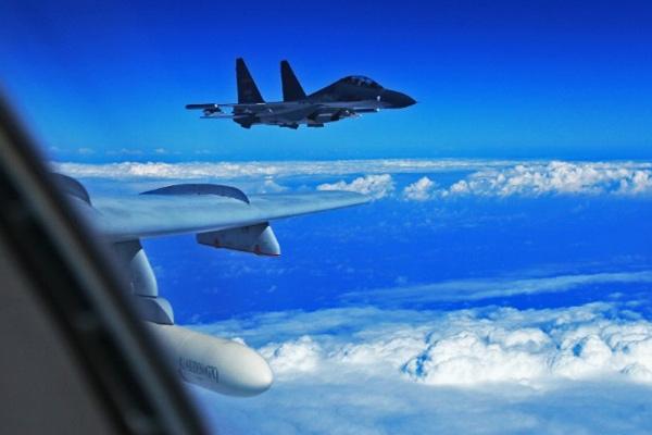 चीनी लड़ाकू विमानों ने अमेरिकी वायुसेना के विमान को रोका, बढ़ा तनाव