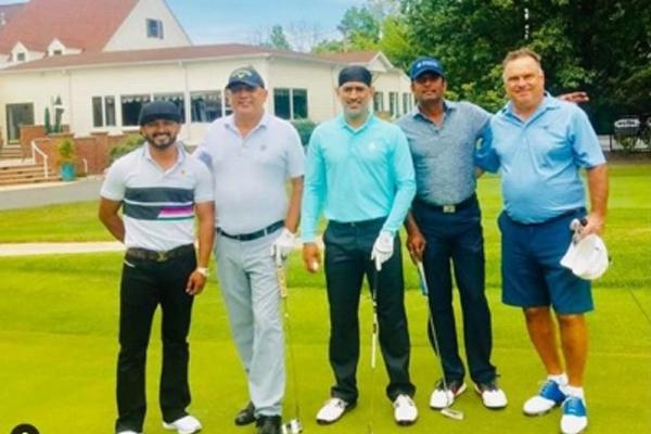 धोनी ने राष्ट्रीय खेल दिवस पर जाधव के साथ खेला गोल्फ