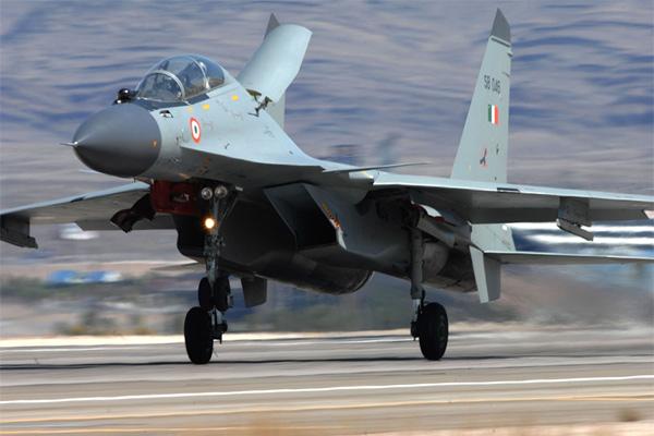 आईएएफ का सुखोई विमानउड़ान के बादलापता
