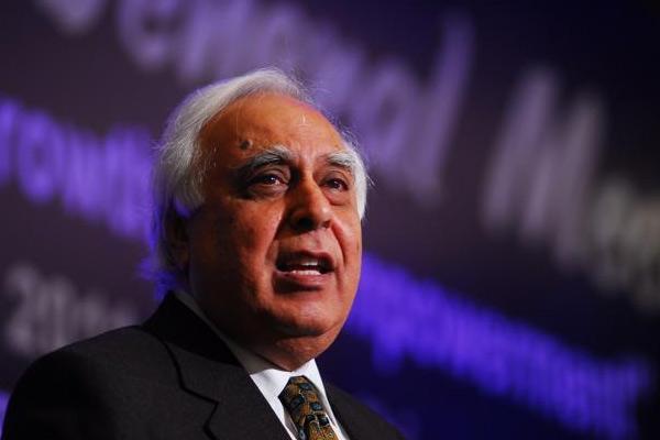 भारत में लॉकडाउन, चुप हैं गृहमंत्री : सिब्बल