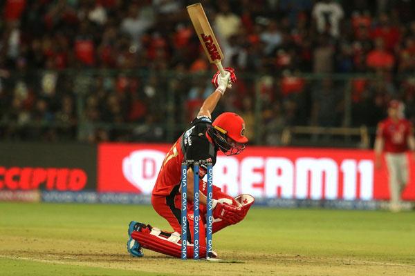 IPL 12 : AB डिविलियर्स, स्टोयनिस की विस्फोटक बल्लेबाजी, RCB ने 202 रन बनाए