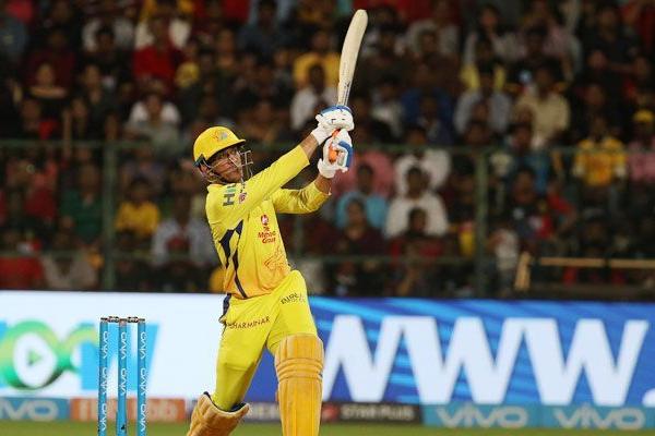 धोनी आईपीएल में 200 छक्के जडऩे वाले पहले भारतीय