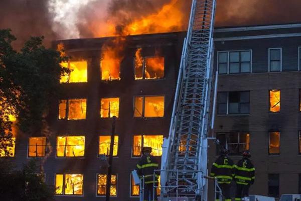 अमेरिका : कई विस्फोटों के चलते 23 इमारतों में आग