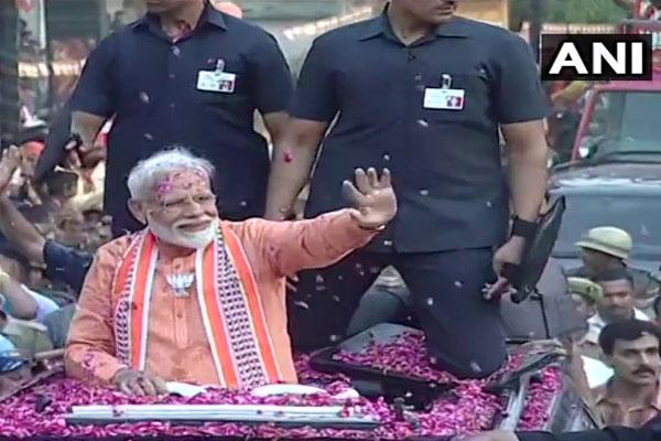 वाराणसी में PM मोदी का मेगा रोड शो शुरू, BHU से नमो-नमो के नारे लगे