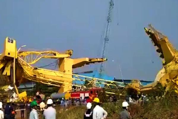 आंध्र के काकीनाडा बंदरगाह पर क्रेन गिरने से 1 की मौत, 10 घायल