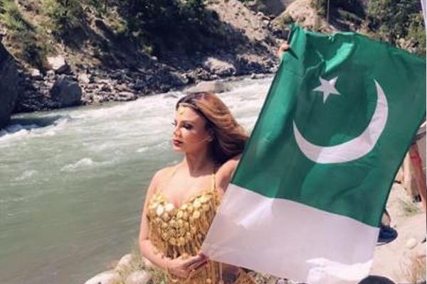 राखी सावंत ने पाकिस्तानी झंडे के साथ खिंचवाई तस्वीर