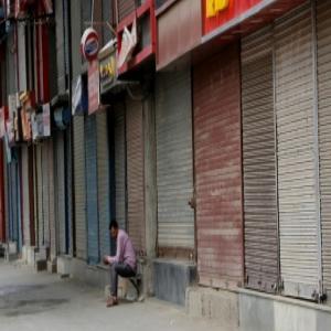 गुजरात में स्कूलों का खुलना टला, अहमदाबाद में रात का कर्फ्यू