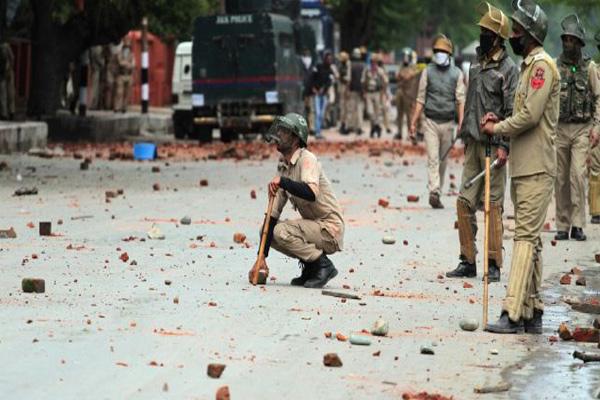 कश्मीर मेंपुलिसकर्मी कोछात्रों ने पीटा, मोटरसाइकिल फूंकी