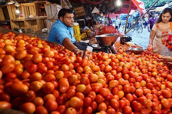 टमाटर हुआ लाल, दिल्ली में 70 रुपये किलो हुआ भाव
