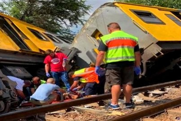दक्षिण अफ्रीका में रेल दुर्घटना में 3 मरे, 300 घायल