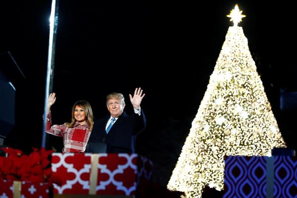 ट्रंप ने 97वें वार्षिक नेशनल क्रिसमस ट्री को रौशन किया