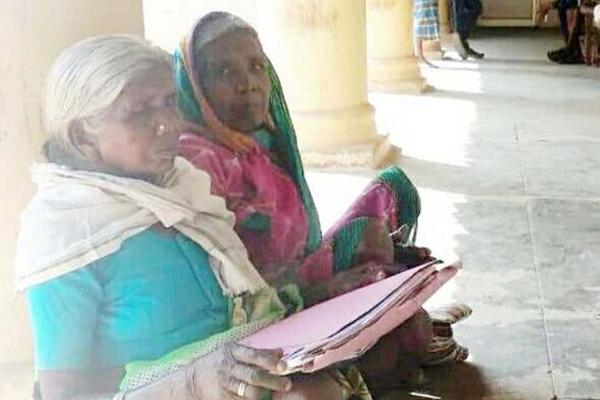 खुद को जीवित साबित करते-करते बूढ़ी हो गईं 2 बहनें