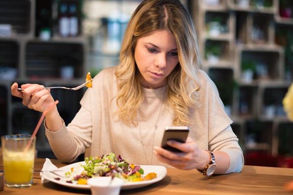 कम खाना चाहते हैं तो अकेले करें भोजन