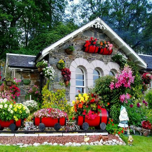 फूलों से खिला रहे घर आंगन