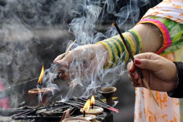 पूजा करने वाले व्यक्ति का मुंह पश्चिम दिशा की ओर होना माना जाता है...