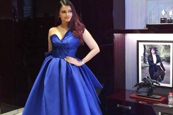 फ्लोरल लेंथ नेकलाइन ब्लू ड्रेस में ऐश दिखीं बेहद खूबसूरत