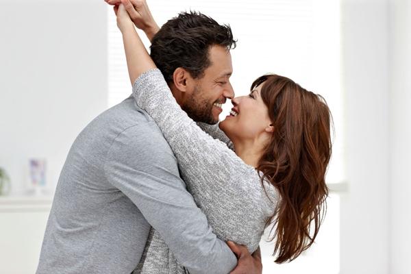 पति-पत्नी के रिश्ते को मजबूत बनाने के लिए करें कुछ ऐसा