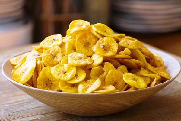 व्रत में आप घर पर ऐसे बना कर खाएं कच्चे केले के चिप्स.....