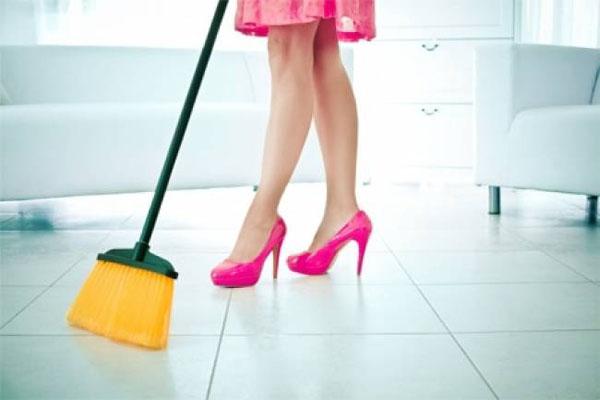 अपने घर के फर्श को इस तरह से रखें चमका कर.....
