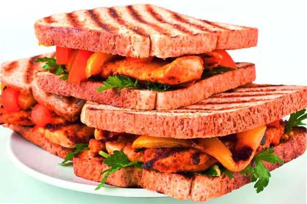 घर पर बनाएं चिकन टिक्का सैंडविच....