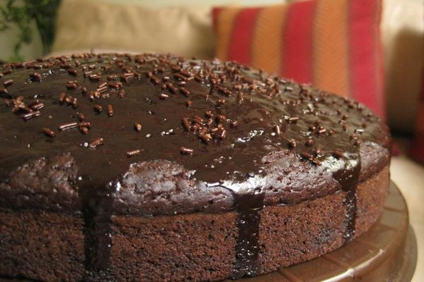 बिना अंडे के प्रेशर कुकर में घर पर बनाए चॉकलेटी केक