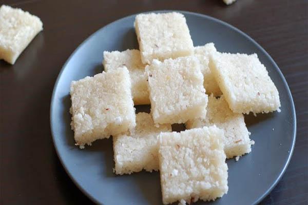 घर पर ऐसे बनाएं अपने मेहमाहनों के लिए नारियल की बर्फी...