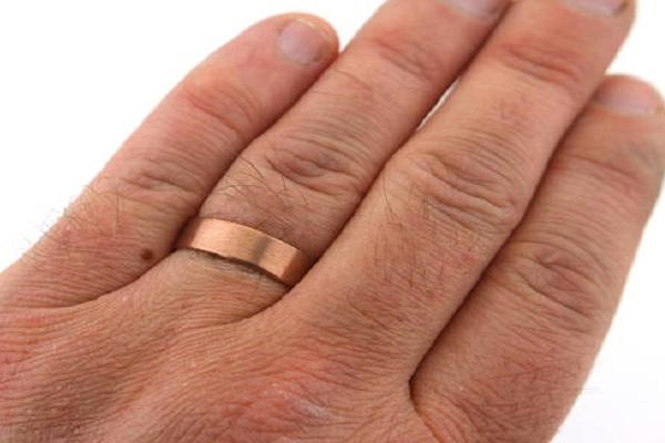 तांबे की अंगुठी पहनना होता है लाभदायक, सभी दोषों से मिलती है मुक्ति