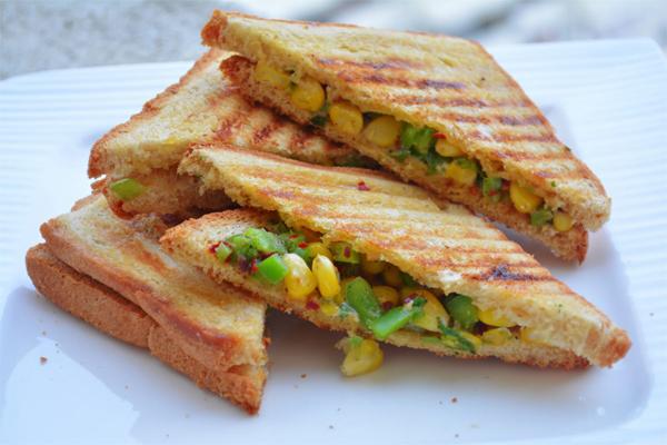घर पर ऐसे बनाएं Corn Capsicum Sandwich....