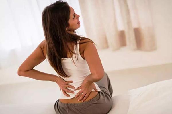 इन घरेलू उपायों की मदद से पाए कमर दर्द से छूटकारा