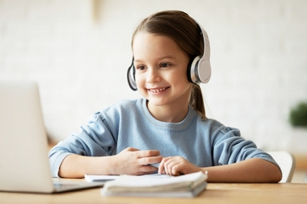 बच्चों की सुनने की क्षमता को प्रभावित कर सकते हैं हेडफोन, ईयरबड