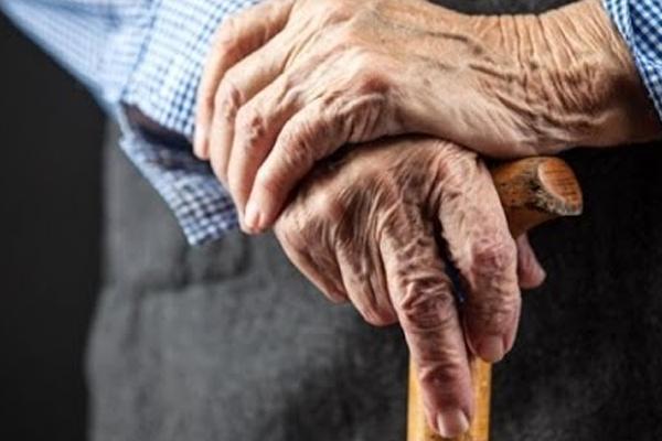 वृद्धों की अधिक संख्या समाज को बनाती है धार्मिक