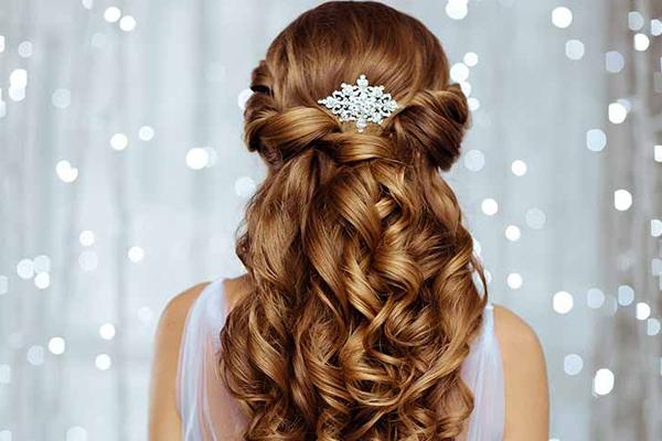 बालों की सही देखभाल के लिए करें ये उपाय