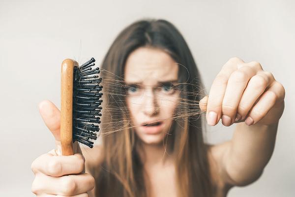 बालों के झड़ने की समस्या से कैसे निपटें