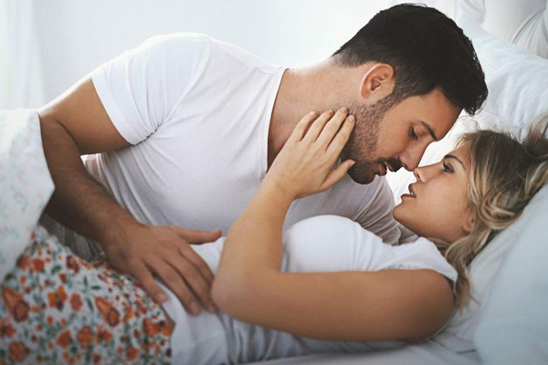 पति-पत्नी रोमांस समस्याओं पर बात जरूर करें