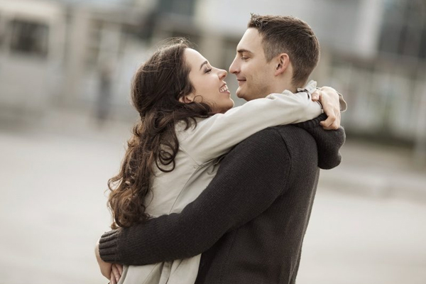 अगर आप सपने में स्त्री और पुरुष को गले मिलते देखते है तो समझिए...