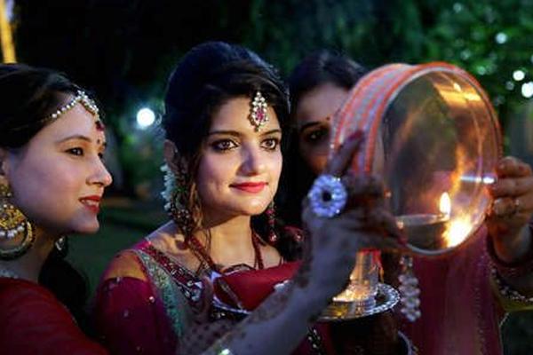 karwa chauth 2019 : सगाई के बाद लड़कियां रख रहीं हैं करवाचौथ का व्रत, भूलकर भी ना करें ऐसा