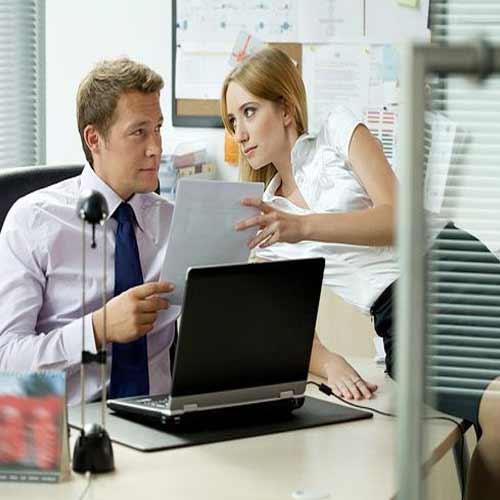 अगर ऑफिस में हो जाए प्यार, तो रखें ये 5 सावधानियां
