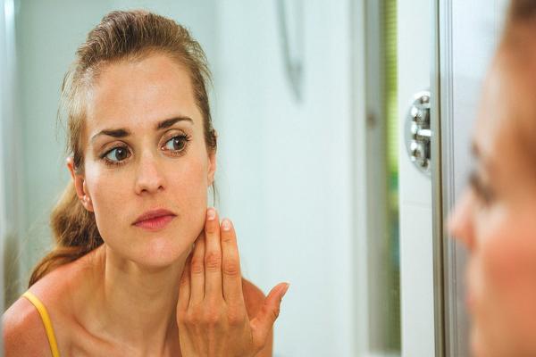 चेहरे पर सुबह-सुबह क्यों आती है सूजन, जानिए क्या है कारण