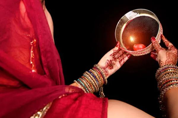 जाने, करवा चौथ के दिन महिलाएं क्यों करती हैं चंद्रमा की पूजा