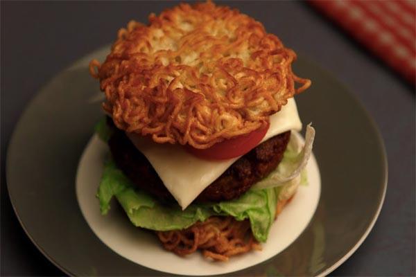 घर पर बच्चों के लिए ऐसे बनाएं मैग्गी बर्गर...
