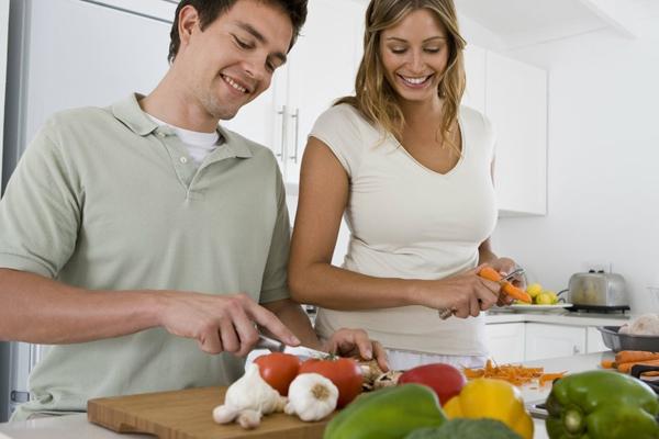 घर के कामों में हाथ बटाने से बढ़ती है प्यार की खुमारी और बेशुमारी