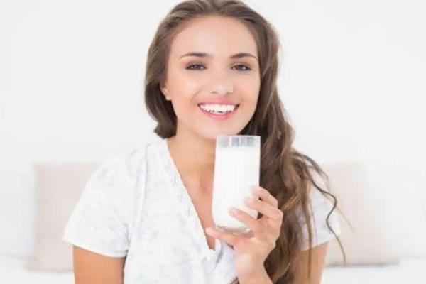 दूध आपकी सेहत के साथ-साथ आपकी त्वचा में भी ला सकता है निखार