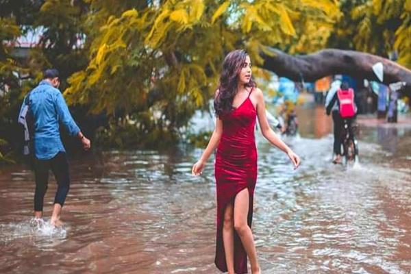 पटना की सड़कों पर बारिश के पानी में फोटोशूट