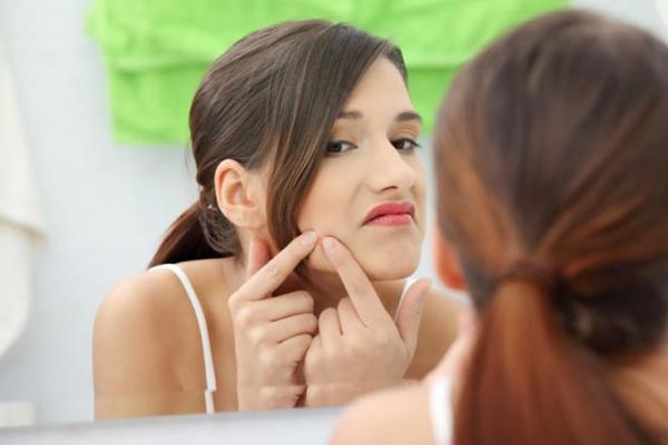 चेहरे पर मुंहासे और बाल से महिलाओं में तनाव का खतरा