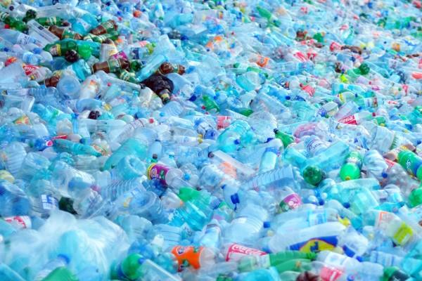 पानी की प्लास्टिक की बेकार बोतलों से रेलवे बन रहा टी-शर्ट, टोपी